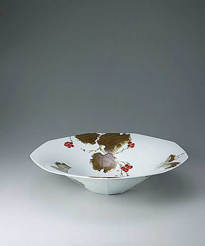 写真:Nine-pointed bowl with Chinese smilax design in overglaze enamel.