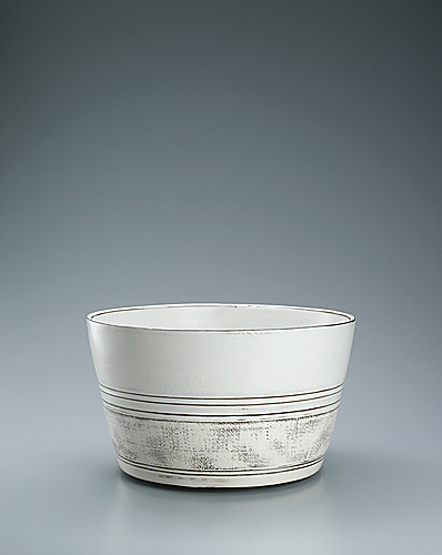 写真:Deep bowl covered with white slip and with inlay decoration.