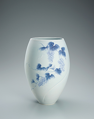 写真:Flower vessel with lusterless glaze and grape design in itchin.