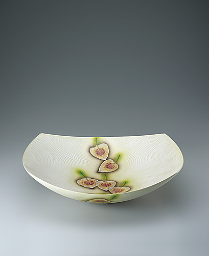 写真:Bowl with silver and overglaze enamel decoration.