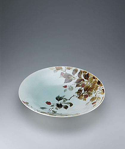写真:Large dish with kadsura japonica design.