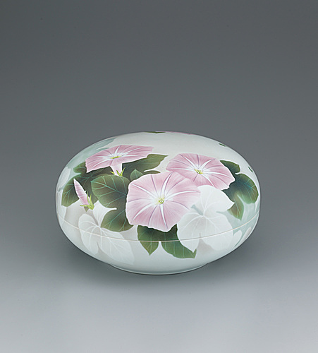 写真:Round box with morning glory design in underglaze spraying.