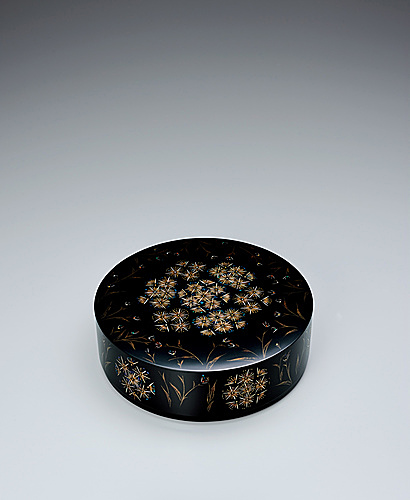 "写真:Circular covered box with design in makie. ""Small flowers"""
