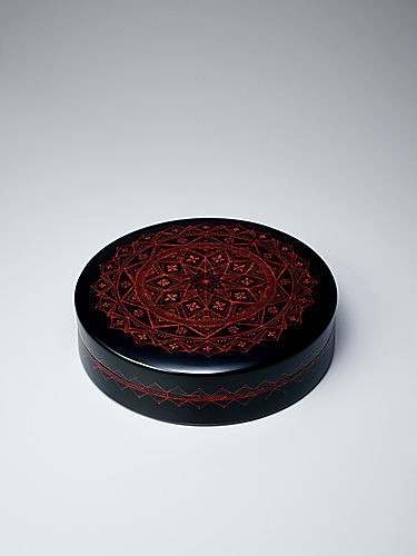 写真:Kanshitsu box with design in painted kinma.