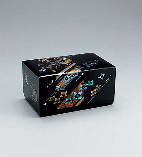 "写真:Box with design in mother-of-pearl inlay and makie. ""Rainy season"""