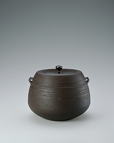"写真:Tea ceremony kettle of ""caved-in mouth"" type with line design."