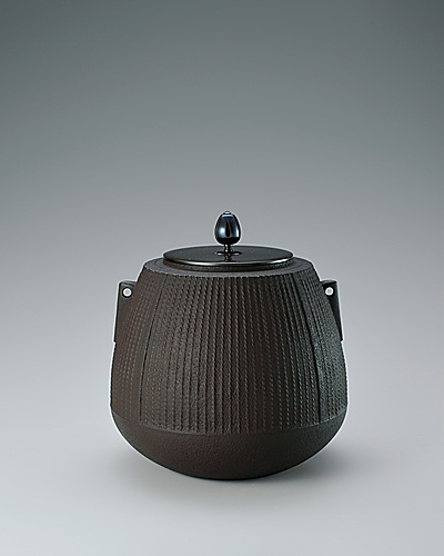 写真:Tea ceremony kettle with wide bottom and twisted line design by secondary lathing.