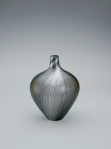 "写真:Bottle made by forging and heat welding method. ""Line"""