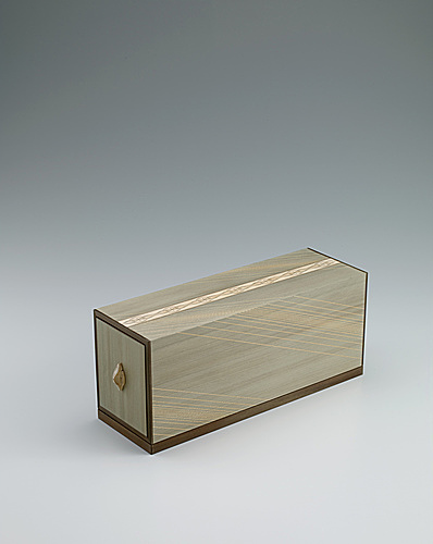 写真:Portable box of drawers made of jindai zelkova wood open at both ends with floral diamond design.