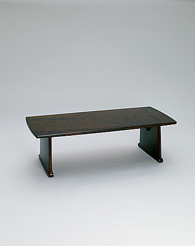 写真:Low table of camphor wood finished in wiped urushi.