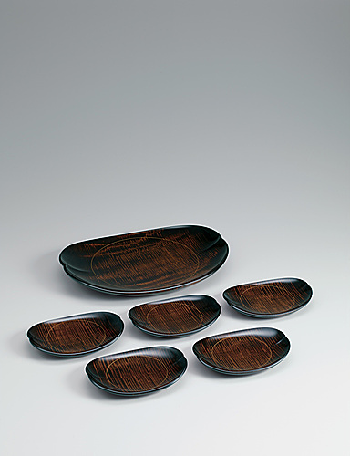 写真:Set of dishes made of horse chestnut wood with crepe-like grain pattern.