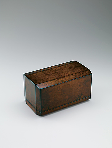 写真:Coffer of resin-rich pine wood finished in wiped urushi.