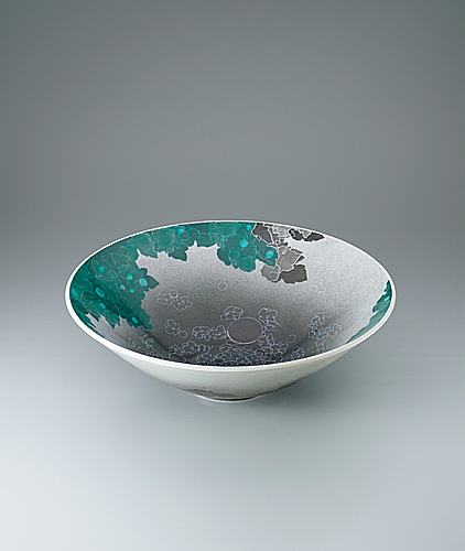 写真:Bowl with Japanese anemone design in overglaze enamel and sprayed underglaze black ink, and in sumi-hajiki .
