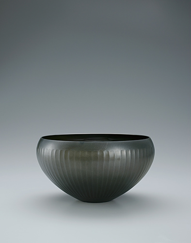 image Bowl of rōgin with chrysanthemum design.