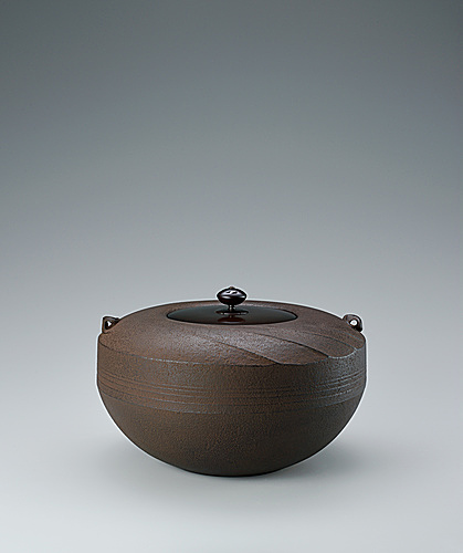 写真:Tea ceremony kettle in shape of top and stream design.